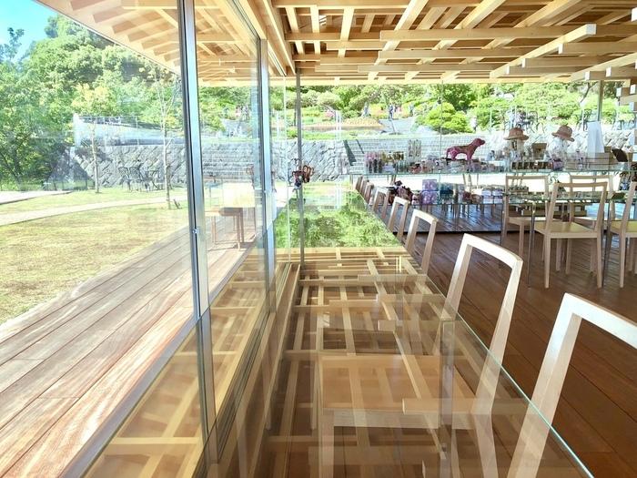 アカオハーブ&ローズガーデン内にあるこちらのカフェ。日本を代表する建築家、隈研吾さんが設計したコエダカフェは、木を積み重ね、外装にはガラスを用い、自然にうまく溶け込むようにとデザインされたそう。開放感に溢れたカフェでひと息つけば、心がゆるやかにほどけていきます。