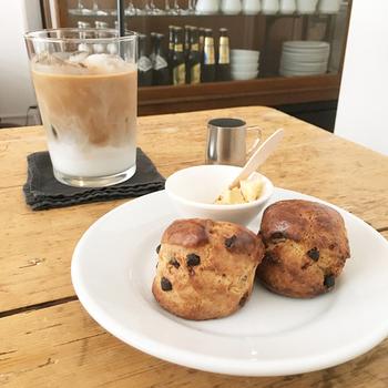 全粒分使用の素朴な味わいのスコーンとカフェラテでカフェタイムもおすすめ。大きなグラスにたっぷり注がれたカフェラテは、濃厚でありながらすっきりとした味わいです。