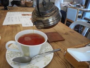 ティーリストからお好みの紅茶を選ぶのも良いですし、オリジナルの組み合わせの紅茶を淹れていただくことも。レトロな茶器から注がれる紅茶は、香り豊かで贅沢な気分が味わえます。