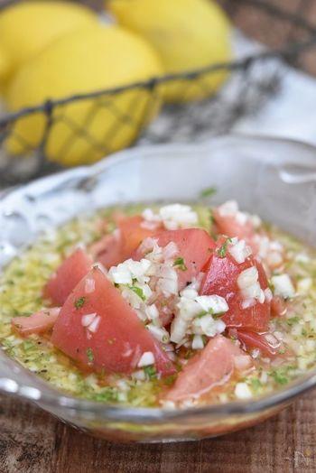さっぱりと食べられる、トマトと玉ねぎのサラダ。はちみつレモンのドレッシングで甘みと酸味をプラス。冷蔵保存で2日ほど持ちます。