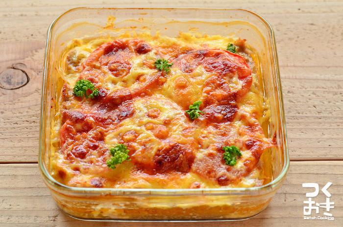 丸める必要がないので、作るのも簡単なスコップハンバーグ。トマトとチーズで豪華な一品です。耐熱容器で調理と保存の両方が出来るので、洗い物が少なくなるのも嬉しいポイント。
