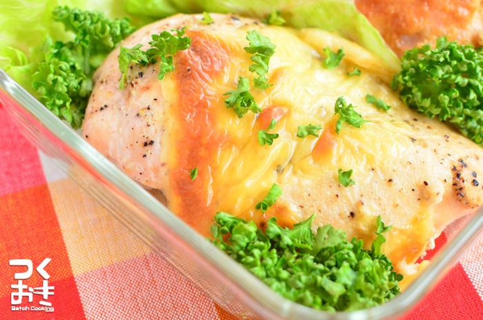 下味をつけておいた鶏むね肉をオーブンで調理。レタスやパセリを添えると、食卓が華やかになります。冷蔵庫で5日ほど保存可能です。