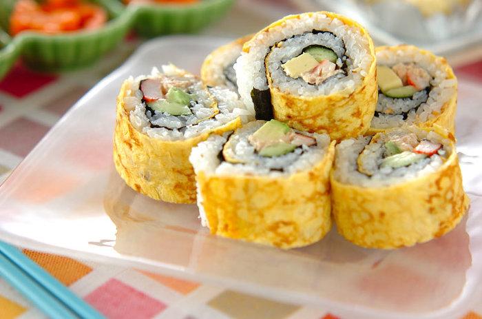 海苔ではなく薄焼き卵を外側にして巻いた華やかな巻き寿司。巻き寿司もフィンガーで頂けることと、持ち運びも便利でなので覚えておくと便利ですよ。