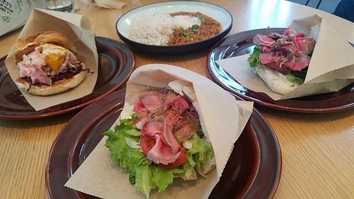 マルシェをイメージしたカフェでは、ユニークなデザインのフードカートが置かれています。横浜のお野菜を中心としたデリプレートや、ローストビーフサンドなど世界各国のサンドイッチは見た目、味ともに満足できますよ。他にも、ベトナムのサンドイッチ「バインミー」やイタリアのパン「パニーニ」など、どれにしようか迷ってしまうほど。