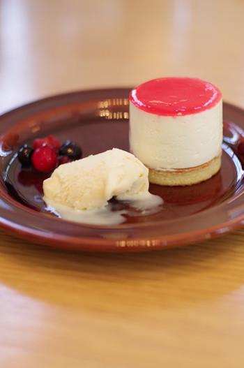 「木苺レアチーズ」など季節感のあるスイーツはおいしいと評判です。併設のギャラリーでは、アート展示やイベントなども開催されているので覗いてみませんか?
