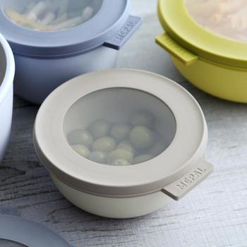 北欧カラーがおしゃれで、中も見える蓋と、そのまま調理に使ったり食卓にも出せる容器の組み合わせ。スタッキングも可能なので、おしゃれさと実用性を兼ねています。