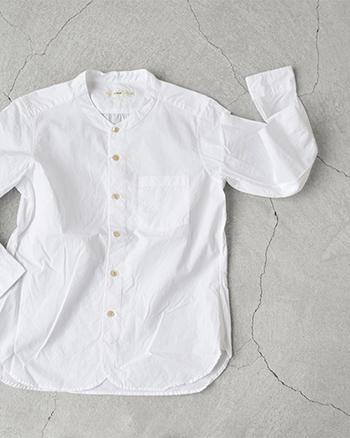 薄手のタイプライター生地を洗いにかけて独特の風合いをもたせた馴染みのよいコットンシャツ。冷房が効きすぎたオフィスや電車内でさっと羽織って冷え対策を。