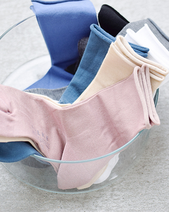 足首までフィットするハイソックスなら、足先からの冷えを防止してくれます。