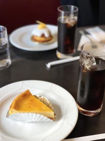 パティシエが手掛けるケーキや焼き菓子も人気。コーヒーにエッグリキュールを合わせた「弁護士たちのカフェ」など、オリジナルコーヒーもおすすめで、ケーキとの相性も抜群ですよ。