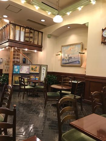 1983年にオープンしたカフェスペース。ステンドグラスやビロード調の椅子など、クラシカルな雰囲気を堪能できます。