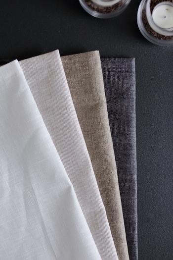 夏は真っ白やストライプなど、爽やかで清涼感のあるテーブルクロスを使っていた方が多かったと思います。9月に入りお洋服の衣替えのように、テーブルクロスなどの布も、グレーや生成り、チャコールグレーやカーキなど、秋を連想させる落ち着いたカラーにシフトチェンジしてみましょう。