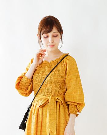 繊細な模様が美しいジャカード織を使用した、オリエンタルで華やかでフェミニンな雰囲気のワンピースです。ネックラインの細かなギャザーが顔周りを華やかに。