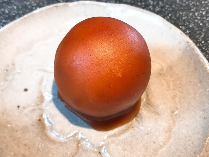 数年前に新たに誕生したのがこちらの「キャラ玉」。山梨県北杜市明野町のブランド野菜であるさつまいもが配合されたおいもの餡を、キャラメル羊羹で包んだ新しい味です。コーヒーにも合う味として人気なんですよ。  お店では、くろ玉とキャラ玉の詰め合わせもできるので、好きな組み合わせで選んでみませんか?なお、澤田屋のお菓子は高速道路のSA・PAや県内の駅などでも購入できます。