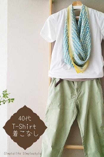 色柄が美しい薄手の風呂敷であれば、スカーフのようにもファッションのアクセントとしても使えます。シンプルなTシャツコーデも洗練された印象に。