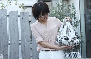 風呂敷バッグの強みは、包む物に合わせて形を変えられる事。さて、この中身は一体何でしょうか?