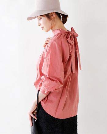 可愛らしい発色のピンク。  モダンな雰囲気のハイネックに、甘すぎないはしごレースが女性らしさを纏ったブラウス。大きなリボンが目を惹くバックデザインで、一枚でコーデの主役になってくれます。