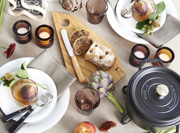 生成りカラーのテーブルクロスはストウブなど鋳物のブラックのメンズライクなお鍋も引き立ててくれる万能カラー。一枚あると便利なテーブルクロスです。