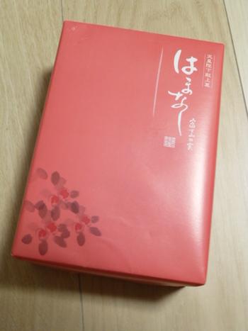 はまなしの実の色をイメージした包装紙です。6個・12個・16個入があるので、贈る相手に合わせて選んでみてくださいね。