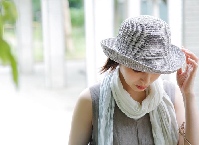 HELEN KAMINSKI(ヘレンカミンスキー)のラフィアかぎ針編みハット。しなやかで柔らかいラフィアを熟練のスリランカの職人が、丁寧に編むことで優しさや暖かさが感じられる素朴な風合いが楽しめる帽子です。優れた手編みの技術によって作りだされるシームレスのシルエットは、美しく上品な仕上がりに。8cmの広めのブリムがしっかりと日差しから守ってくれます。