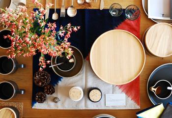 大胆な柄行の物は、テーブルセンターやランチョンマット風に使うのも素敵ですね。パーティーや季節のイメージに合わせて色柄を選んでみましょう。