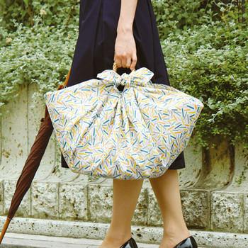 撥水タイプの風呂敷は、そのまま結んでバッグにする他、大判のかごバッグなどのカバーとしても使えます。雨の季節の備えに一枚バッグに入れておくと、いざという時バッグを保護できます。
