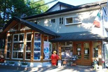 行列のできる洋菓子店として県内で有名な「ラ・ヴェルデュール 木村屋」。本店は河口湖の近くにあります。観光のあとにお土産を買うなら、ぜひ立ち寄ってみませんか?