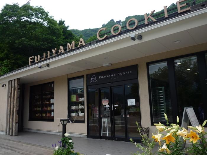 河口湖畔ある「FUJIYAMACOOKIE」は、モノトーンの外観がおしゃれでカフェのような雰囲気のお店です。