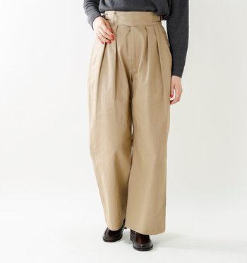 グルカパンツはワンドなシルエットのパンツなので、おしりや太もも周りが気になりません。明るいカラーのベージュでもスタイル良く着こなせます。
