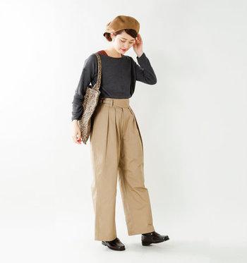 トップスは丈が短いものやタイトなデザインを選ぶとスッキリ着こなせます。ベレー帽などの小物アイテムと合わせても可愛いですね。