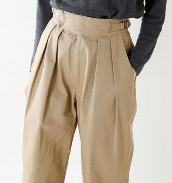 定番アイテムにもなってきている「ハイウエストパンツ」。スタイリッシュでワンランク上のスタイルが作れるアイテムです。今年は、その中でも特に注目の「グルカパンツ」を履きこなしてみませんか?