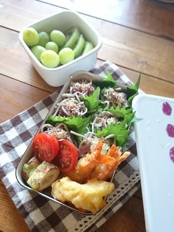 おそばはひとくちずつ丸めて食べやすく、しそを仕切りにして見た目も爽やかに。暑い季節も食べやすいですね。天ぷらは縦に詰めることで、見栄えがアップ。