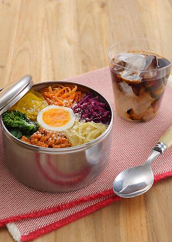 また、肉そぼろや野菜のナムルなど定番の常備菜を活用すれば、ビビンバ風の魅せ弁当も簡単に作れますね。