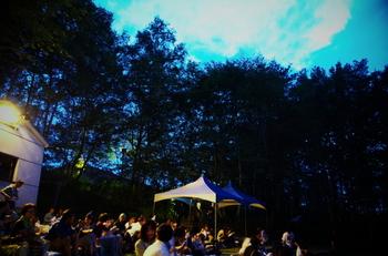 長野県の八ヶ岳の麓で開催される野外映画祭『星空の映画祭』。満点の星空の下で、開催されている野外シアターです。暗闇と森の静かなざわめきの中で味わう映画祭は、1万人近くを動員する人気の映画祭です。