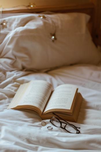 一日の終わりは心穏やかでいたいもの。でも日々生きていると色々なことがあって、イライラしてたりクヨクヨしたり、落ち込んだり…そんな眠れない夜もありますよね。そんな時は、早めにお布団に入って、心が落ち着くような本をめくってみませんか?