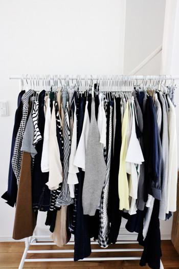 収納の中でもなかなかきれいな状態をキープできないクローゼット。服はたくさん処分したはずなのになぜ?…と不思議ですよね。 ですが、瀧本真奈美さんによれば、並べ方を変えるだけで見違えるほどすっきり見えるとのこと。