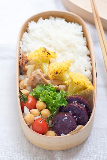 豚の塩こうじ焼きも、赤・緑・黄色・紫などカラフル野菜と共に詰めれば、栄養も彩りのバランスの良い和風の魅せ弁当に。曲げわっぱを使うと上品です。