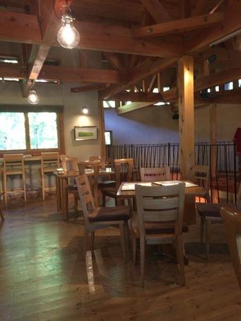 2階のテーブル席は木を多く使ったナチュラルな雰囲気。開放感があり、席の間隔もゆったりと配置されています。