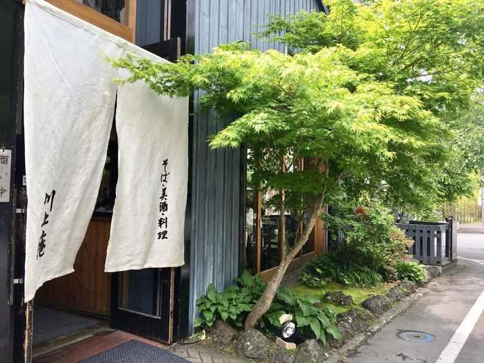 軽井沢駅から歩いて徒歩15分のところにある「軽井沢 川上庵」は、蕎麦好きの方なら一度は耳にしたことがあるのではないでしょうか?麻布や青山にも支店をもつお蕎麦屋さんの本店です。