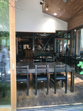 カフェのような雰囲気の店内は、開放感があり大きな窓からは高原の風が通り抜けていきます。お蕎麦が来るまでゆっくりと高原の景色を楽しんでみてはいかがでしょうか?