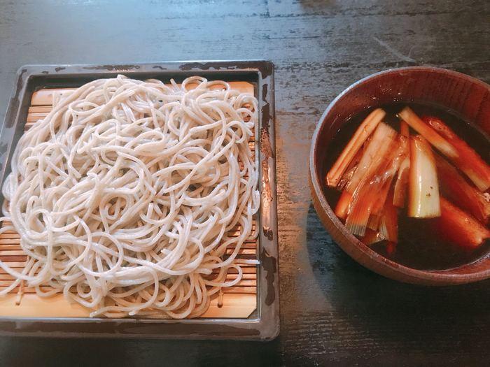 細めの二八蕎麦は、毎日使う分だけ特注の石臼で自家製粉して作られます。鴨の旨み豊かな「鴨せいろ」。温かいつけ汁にキリッと冷たくしめたお蕎麦をつけていただきましょう。
