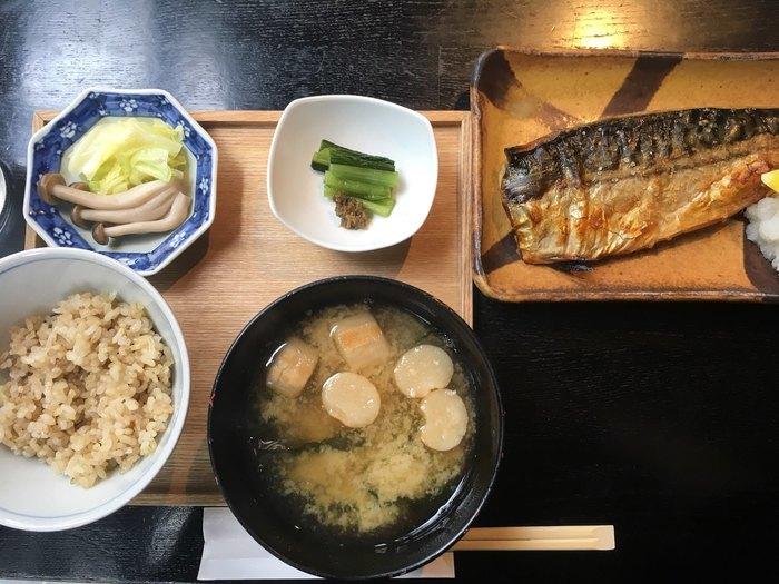 定番の和定食も洗練された味わいで、オリジナルの銅釜を使用して炊いたごはんは、甘みが強くふっくら仕上がるのが特徴。お味噌汁は信州味噌で、素材の味がしっかりと感じられますよ。
