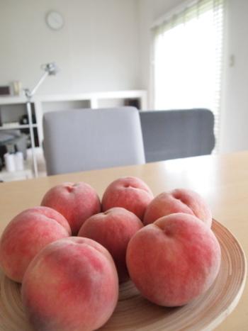桃はフルーツの中でも大変デリケートですので、冷やす際にも注意が必要です。十分に熟していないものは、常温で追熟するようにしましょう。冷やしすぎてしまうと、桃のみずみずしさや甘味が失われてしまうので、食べる1時間から2時間前に冷やしましょう。カットしたものはレモン汁をかけ、ラップで冷蔵保存すると変色をおさえる事ができます。
