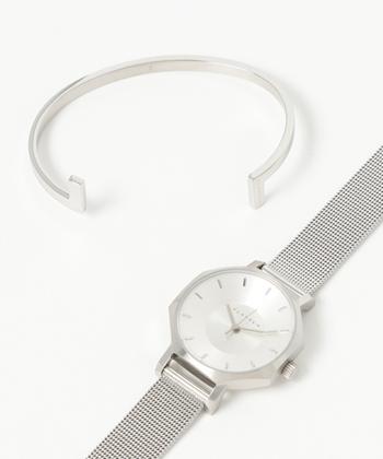 最近は時計ブランドから、重ねづけ用のアクセサリーがセット販売されていることも多いようです。コーデが不安な方は頼ってしまえば楽チンだし、おしゃれに磨きがかかります。