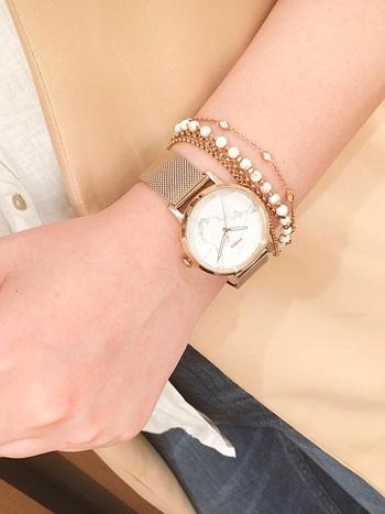 こちらも時計とブレスレットを同ブランドで統一したことですっきりした印象に。時計サイドに寄り添う、パールが連なったようなブレスレットのデザインがまさに大人の女性ならではのフェミニンな雰囲気を醸し出しています。