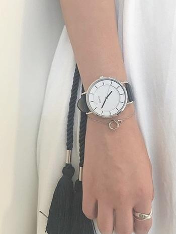 例えば文字盤が大きく存在感ある腕時計の時は、アクセサリーはあえて控えめなデザインのものを合わせるとがちゃがちゃせず、すっきりした印象になります。