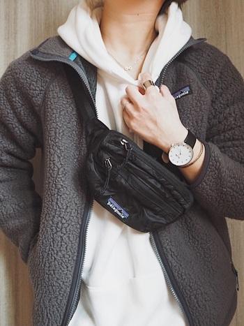 腕元だけでなく、全体コーデでバランスを保つ方法も。ファッションも時計の文字盤も大造りでメンズライクなコーデですが、胸元の華奢なネックレスと細いバングルで女性らしさも忘れずに。