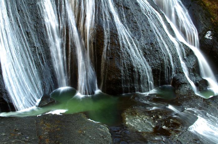 日本三大瀑布のひとつである袋田の滝(ふくろだのたき)。久慈川の支流、滝川上流にかかる、高さ約120m、幅約73mもの大きな滝です。滝の水が、大岩壁を四段階にわたって落下しながら流れるため、別名「四度(よど)の滝」とも呼ばれています。