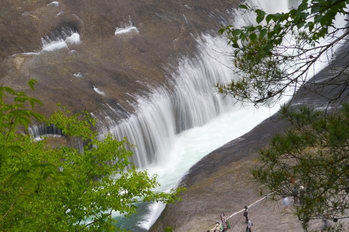 群馬県にある吹割の滝(ふきわれのたき)は、奇岩が1.5kmにもわたって続く片品渓谷にあります。河床を割く様に容赦なく水が流れ落ち、絶えず水しぶきが吹き上げられる滝の様子は、私たちは地球という惑星の上に住んでいるんだ、ということを再認識させてくれるでしょう。