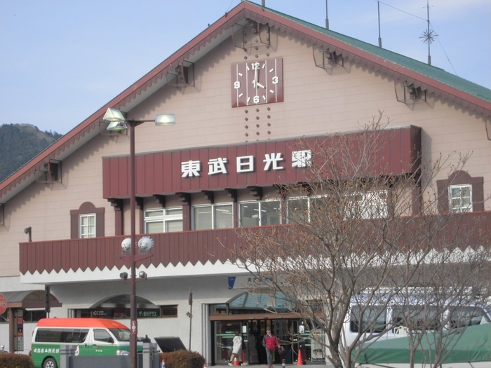 栃木県の北西部に位置する日光。多くの観光スポットがあることでも知られている人気のエリアです。紅葉の時季には美しい光景になる「いろは坂」や、迫力満点の「華厳の滝」、四季折々の楽しみ方ができる「中禅寺湖」など、訪れてみたい観光スポットが数多くありますが、その中から今回は、世界遺産に登録されている日光の「二社一寺」をご紹介します。