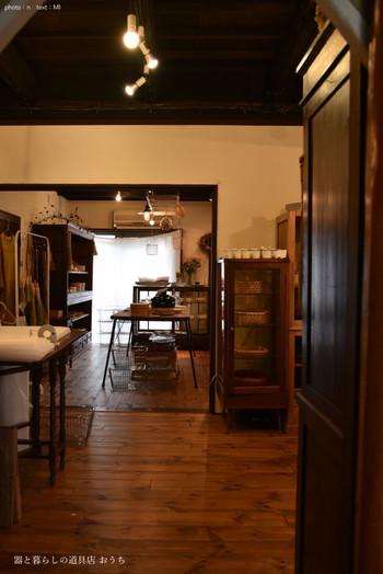 お店の中はナチュラルで優しい雰囲気。オーナーの田中さんが自身の暮らしの中で使用し、たたずまいや使い勝手の良さに惚れ込んだものを中心にセレクト。こだわりのある器や暮らしの道具を扱っています。  お店は2015年7月にオープン。田中さんが作家さんのもとに足を運び、その熱意に応える形で多くの作り手が作品を提供してくれることになったんだそう。  一箇所でこれだけ沢山の作家さんの作品が見られる場所はそうありません。